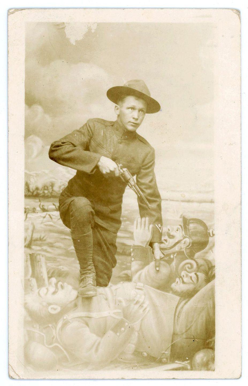 1917 год. Американский солдат с револьвером, направленным на немецких пехотинцев. США.
