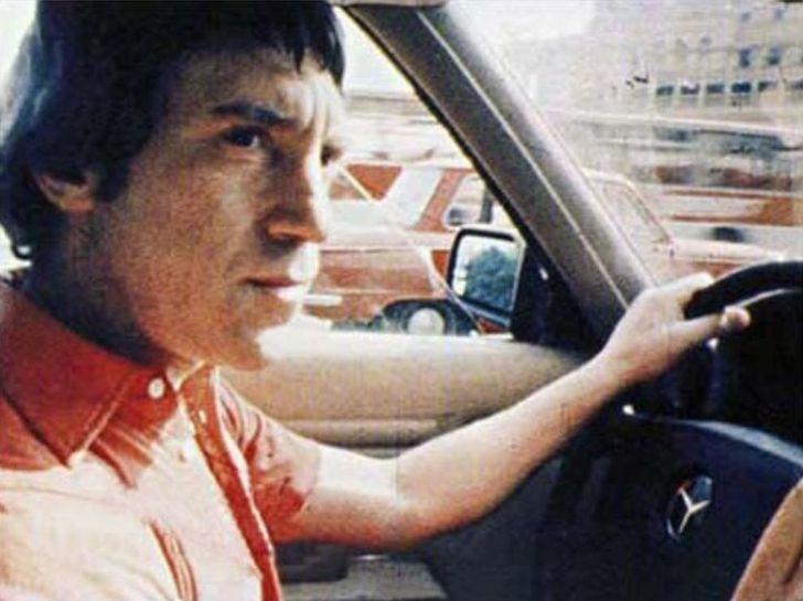 9. Высоцкий за рулем своего Mercedes 450 (фото из семейного архива Высоцких)   За всю жизнь у В