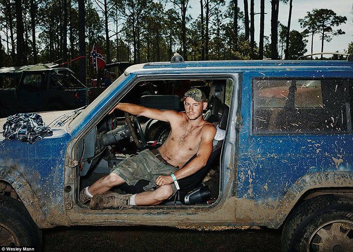 Мужчина позирует в своем внедорожнике, где полностью отсутствуют боковые двери, из-за чего грязь легко попадает в салон.