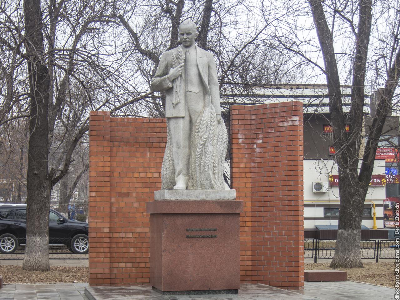 Памятники на могилу в саратове заводской район Памятник Роза из двух видов гранита Усолье-Сибирское