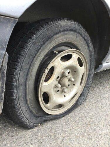 Взорвалось колесо по дороге на новый объект