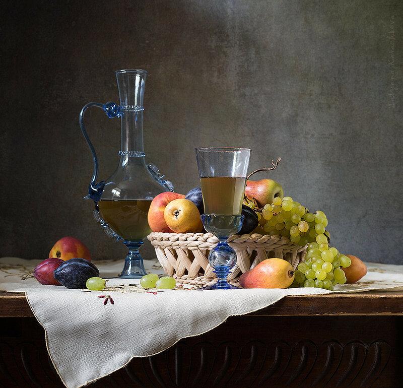 Натюрморт с карафой и виноградом. Вариант