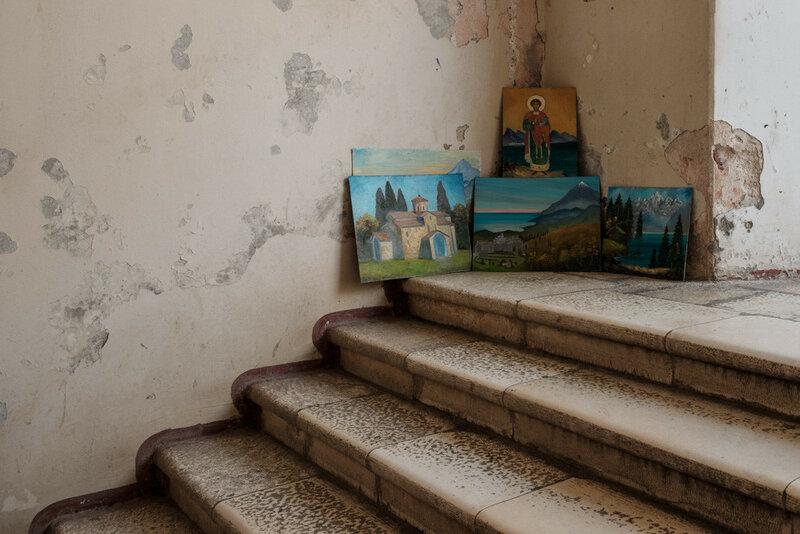 картины на степенях ведущих к Новоафонскому храму, Абхазия 2017