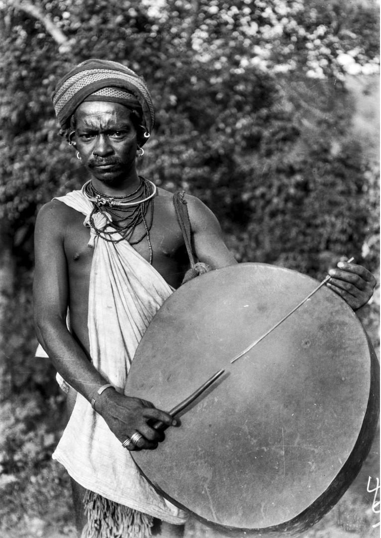 758. Орисса. Мужчина с барабаном