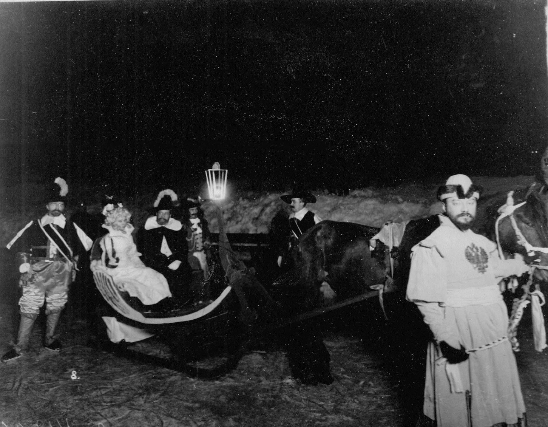 Катание на санях участников карнавала