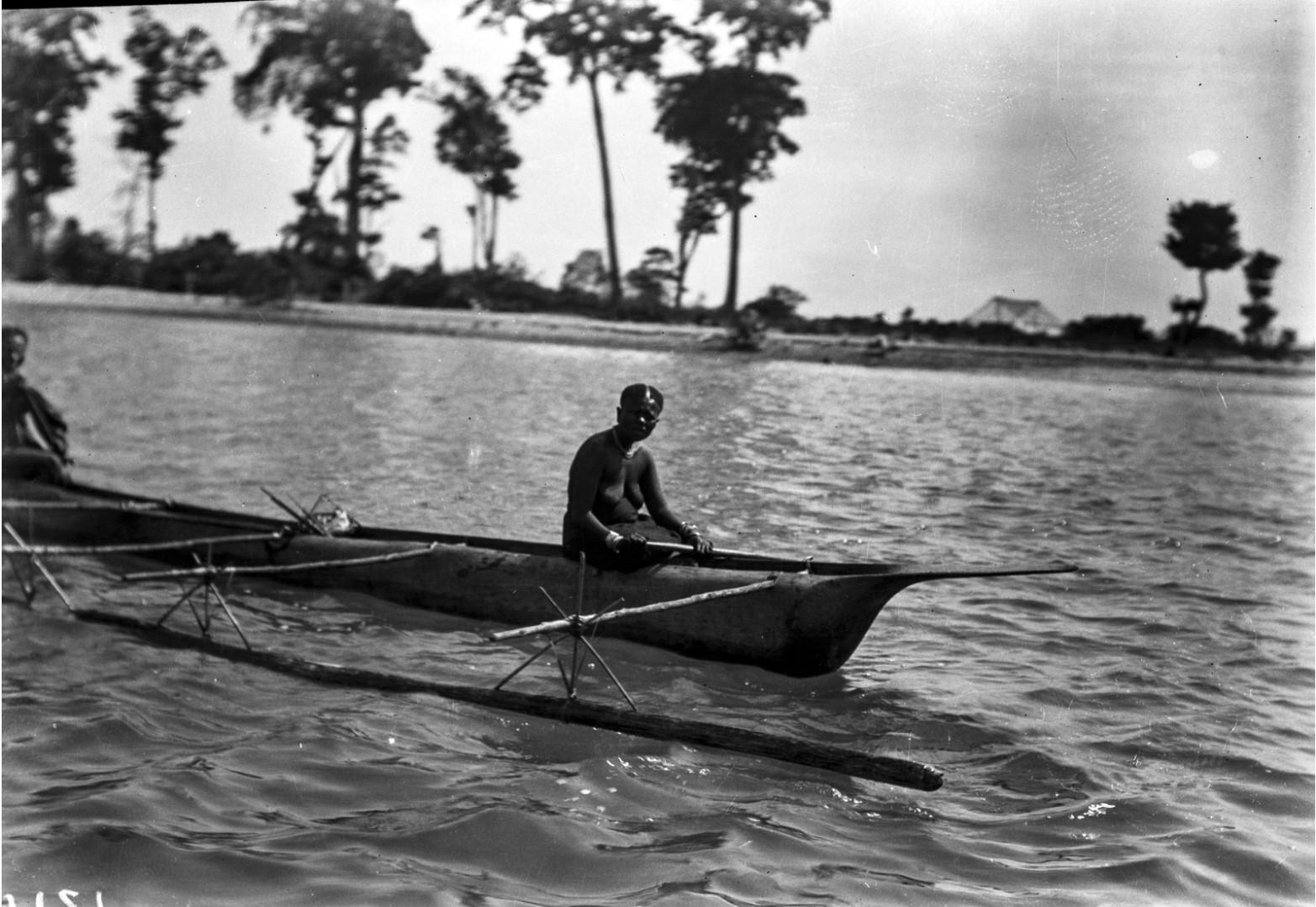 1260. Женщины на лодке у побережья острова Лонг