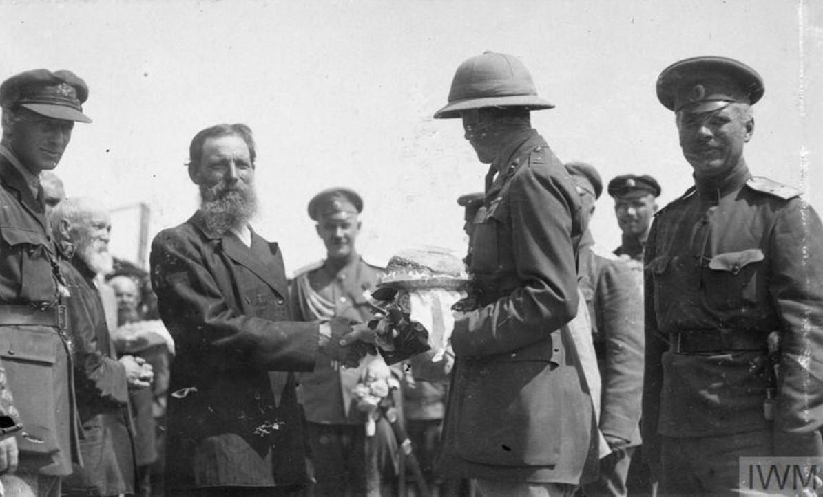 Майор Хадлстон Уильямсон, получает хлеб-соль от деревенского старосты. Станица Казанская, лето 1919