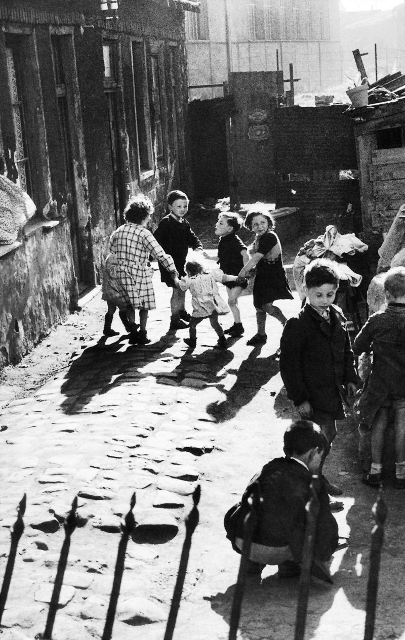 1950. Обервилье. Дети танцуют в проулке