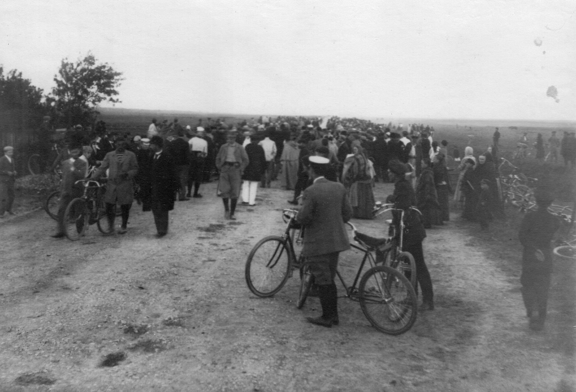 Велогонщики на Волхонском шоссе