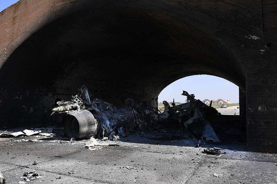 Остатки самолета на авиабазе Аш-Шайрат.png