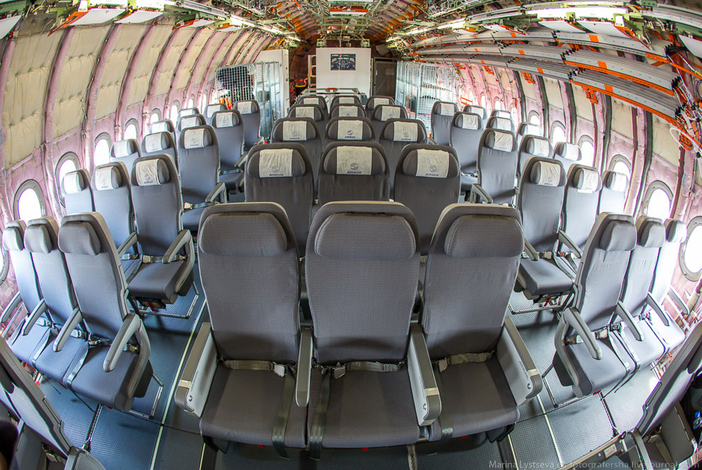 Современный дизайн пассажирского салона A350 XWB также предусматривает большее пространство над