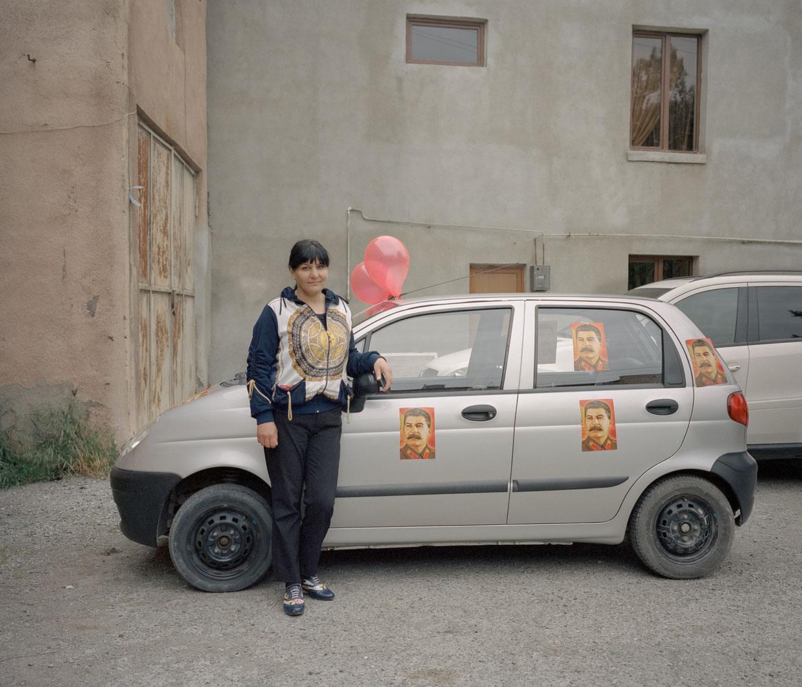 Ольга подготовила свою машину к параду в честь Дня Победы. Гори.