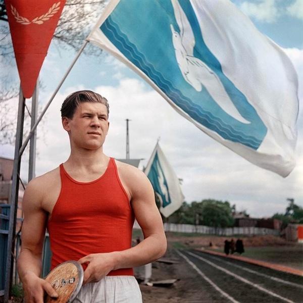 Студент Московского областного пединститута Роберт Зубцов — чемпион СССР среди юношей по метанию дис