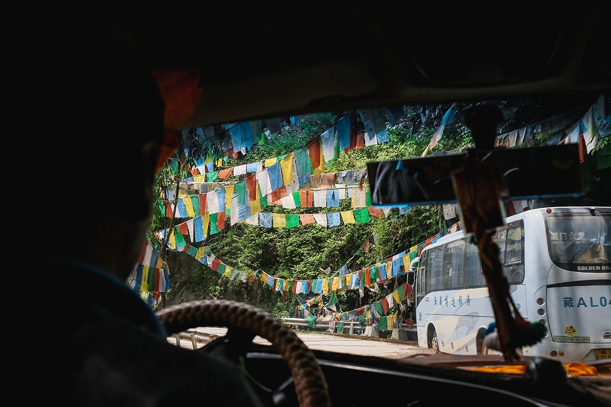 1. Тибет встречает огромным количеством молитвенных флажков лунгта. Их вывешивают на каждом перевале