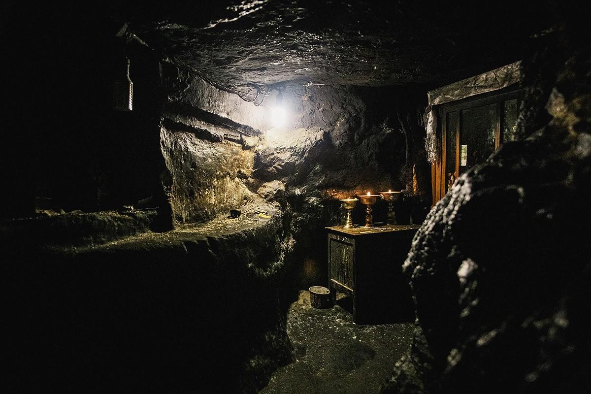 35. Здесь почти так же тесно, как и в пещере Миларепы. Энергетика этого места непередаваемая.
