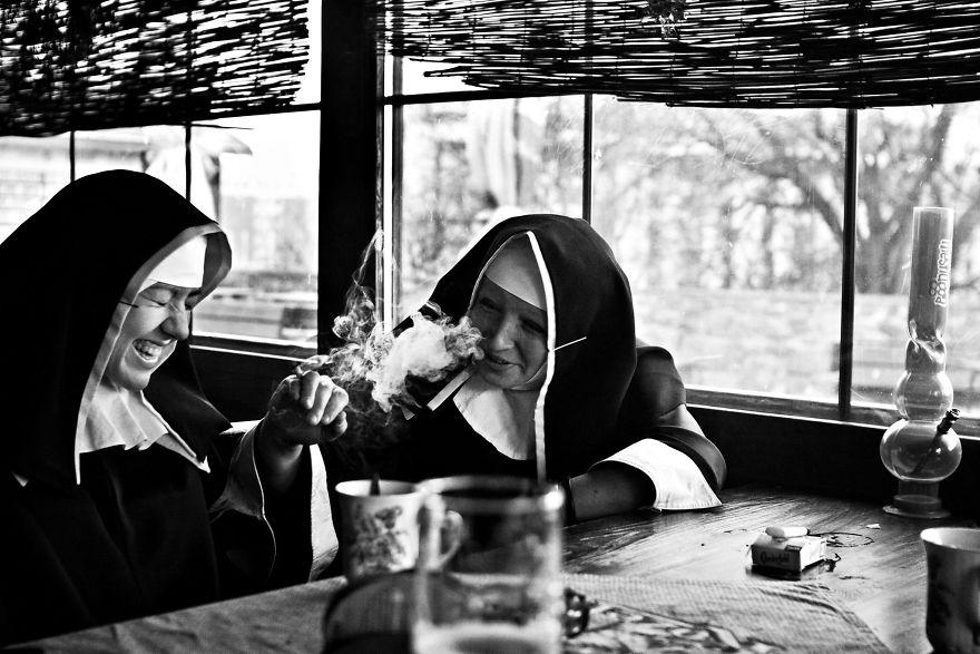 Монахини курят. «К 20 годам я побывал во многих азиатских странах — Индии, Непале, Камбодже, Таиланд