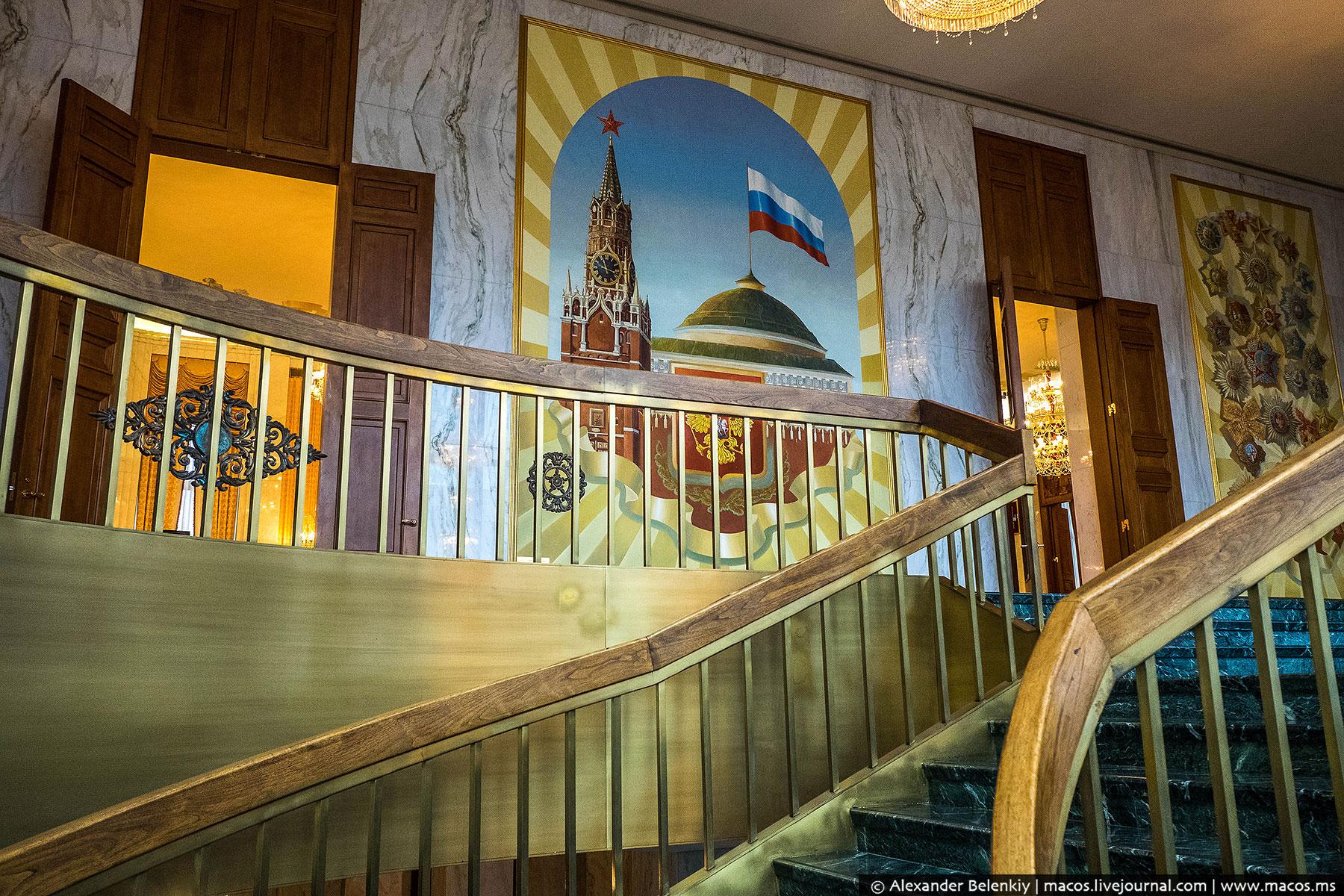 Мраморная лестница ведет на второй этаж, где и скрывается вся главная красота. Нас встречает панно с