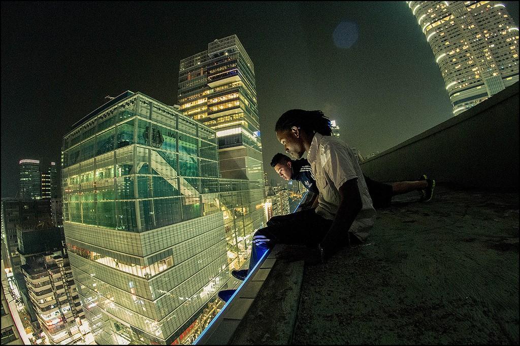 6. Иногда Цо приглашает своих друзей в рискованное путешествие по крышам.