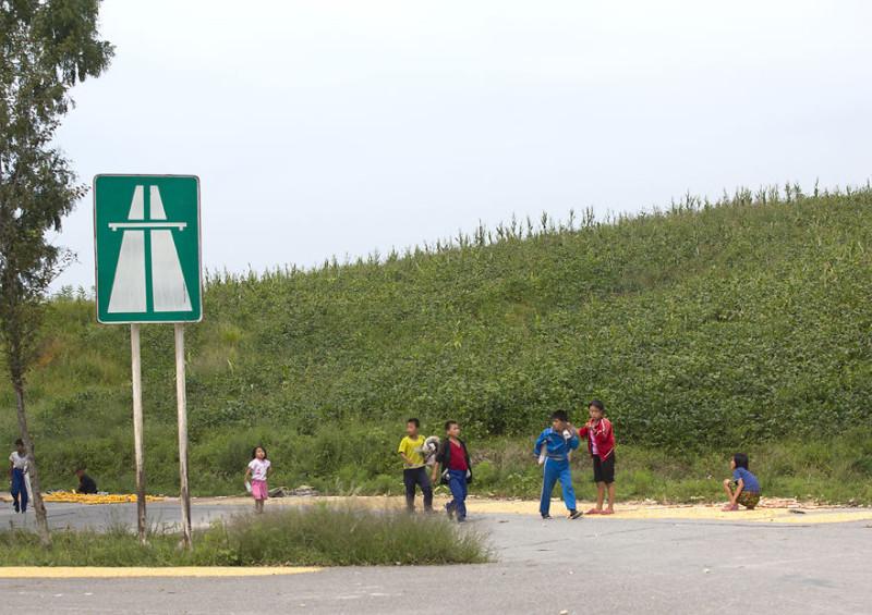 По дорогам настолько редко ездят автомобили, что дети здесь даже кукурузу сушат. Поездка по шоссе —