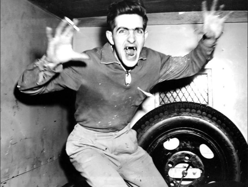 Уилльям Патрик Фаррелл, 25 лет, кричит и бросается на фотографа в полицейском фургоне, 3 марта 1955