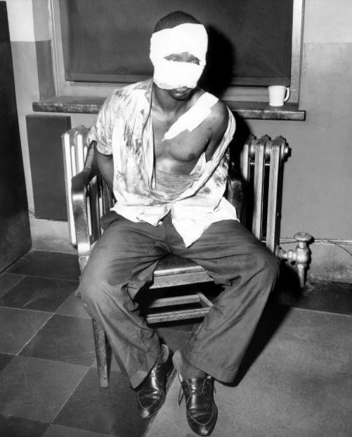 Фрэнк Лотт в 32-м полицейском участке, избитый полицейскими за убийство офицера, 4 сентября 1961 год