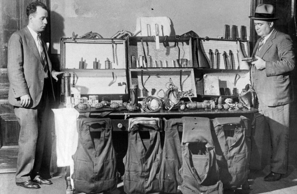 Офицеры полиции осматривают склад из самодельных бомб, ручных гранат, пуленепробиваемых жилетов, 193