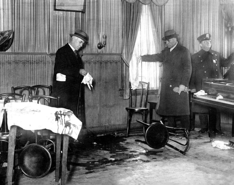 Полицейские осматривают место преступления, где Аль Капоне застрелил мужчину, 1925 год.