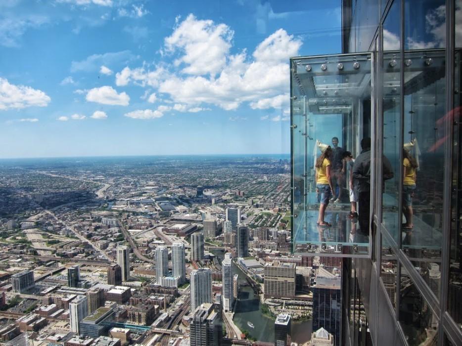 9. «Выступ» — это стеклянный балкон, подвешенный в воздухе на высоте 396 метров.