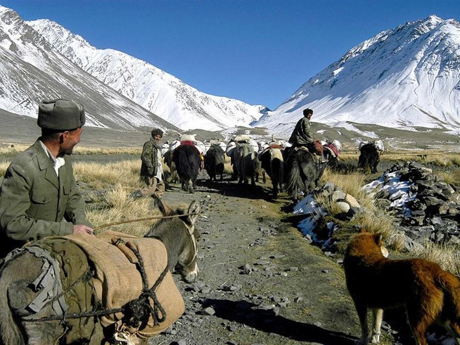 52. Эта территория настолько изолирована от внешнего мира, что коренные киргизы, пасущие яков и коз,