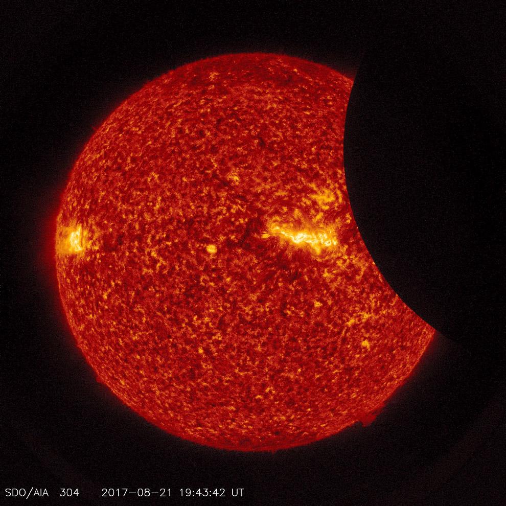 Изображение Луны, проходящей по Солнцу, 21 августа 2017. (Фото NASA | SDO):