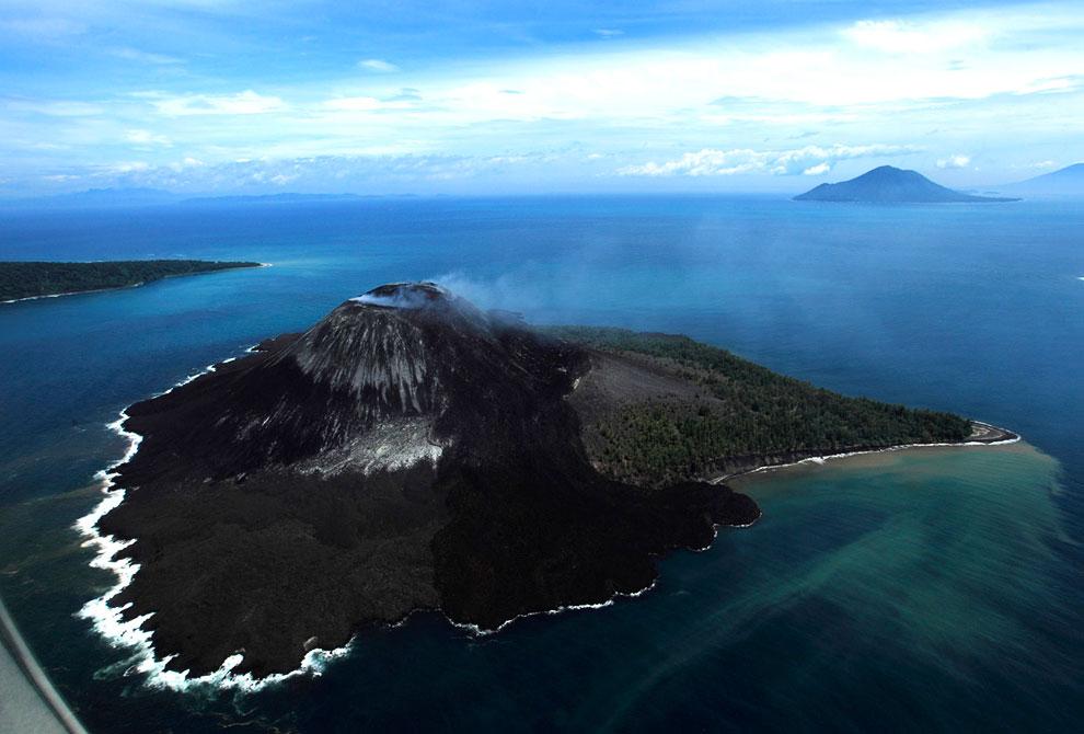 Извержение активного вулкана Карангетанг, 4 апреля 2013. Он находится в северной части острова