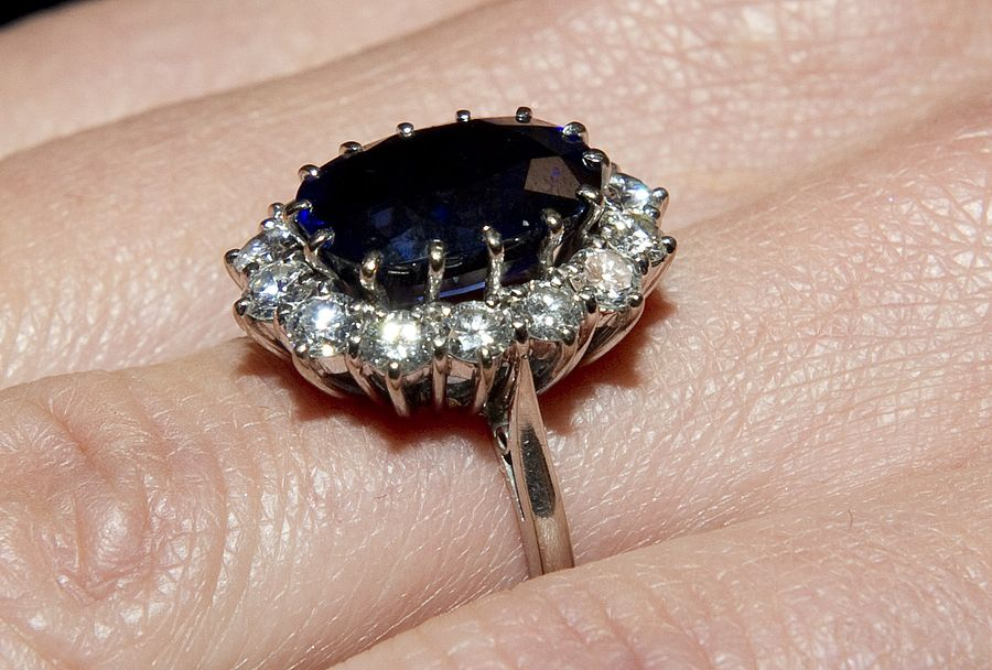 15. Обручальное кольцо Дианы было куплено по каталогу   Обычно в королевских семьях принято дел