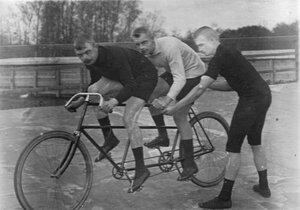 Велогонщики на двухместном велосипеде