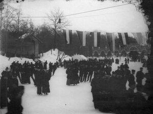 Группа мужчин и женщин на катке в Юсуповом саду.