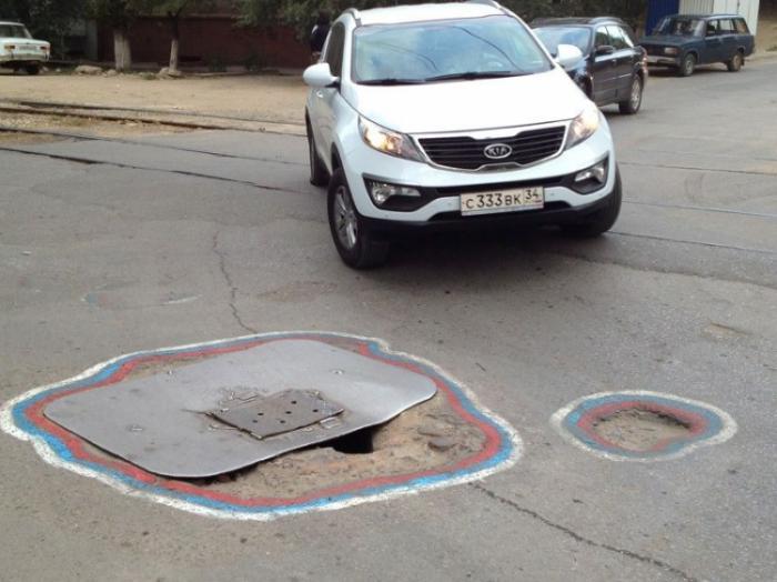 В Волгограде ко дню города выбоины оформили в патриотическом стиле