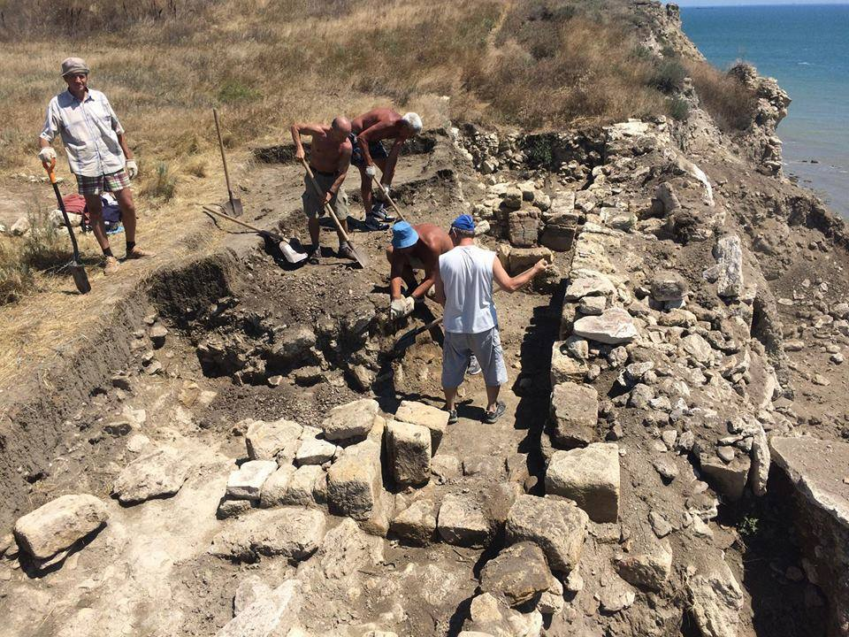 Волонтеры продолжают расчистку каменного античного склепа Керчь Крым