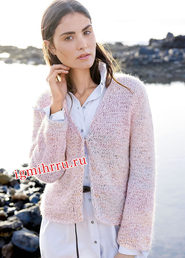 Лаконичный розовый жакет с V-образным вырезом. Вязание спицами