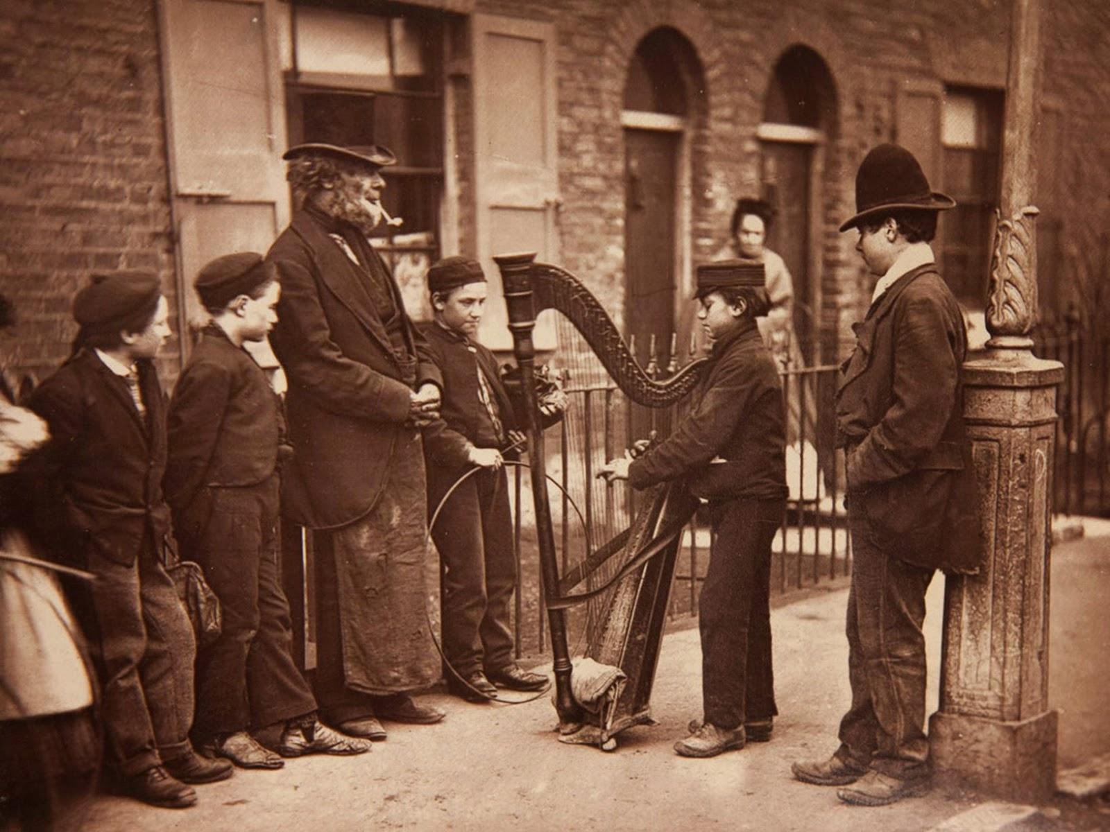 1876-1877. Итальянский арфист развлекает местных детей на улице