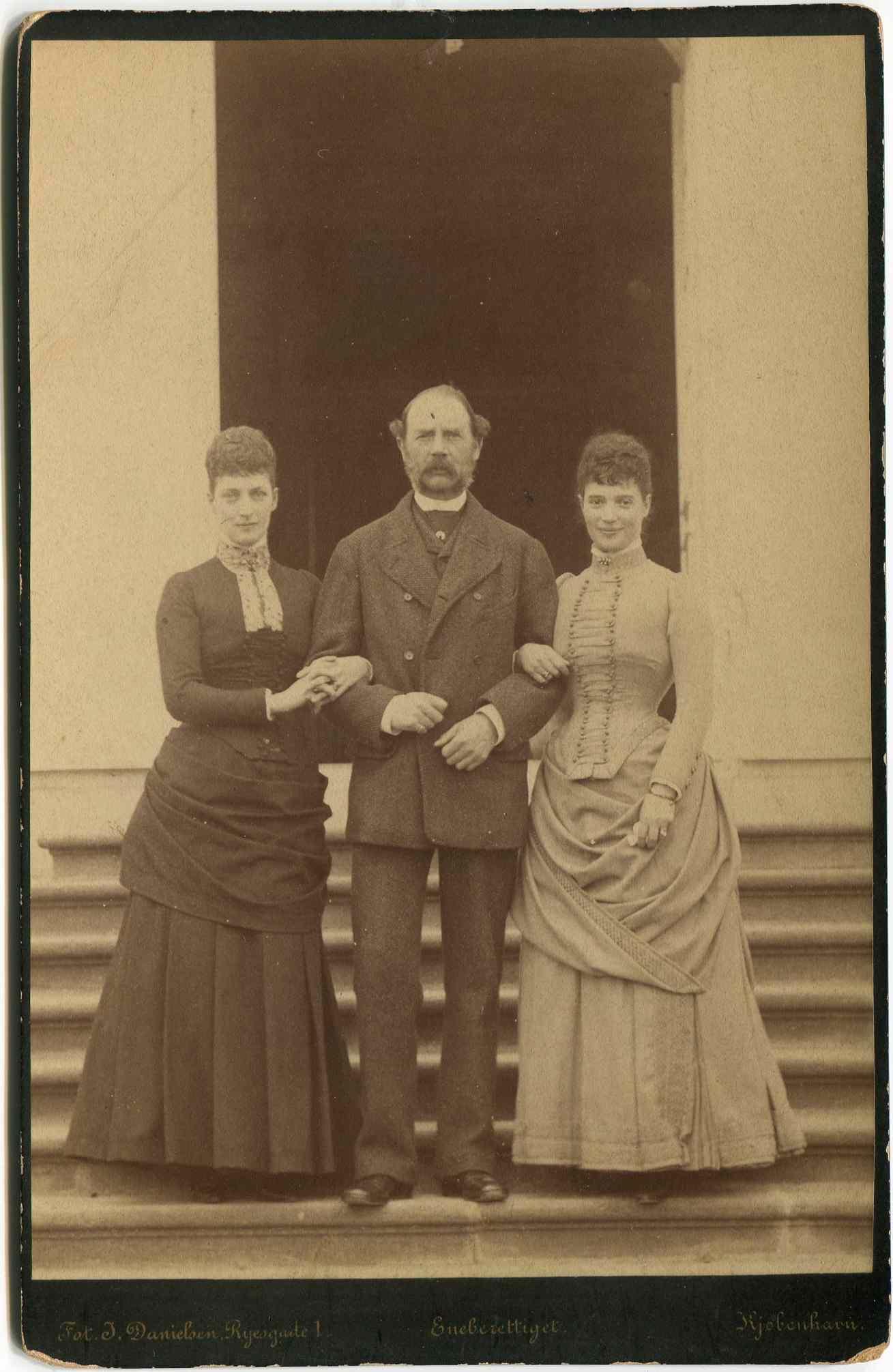 Фотография Датского короля Кристиана IX с дочерьми, Александрой (королевой Великобритании) и Дагмарой (русской Императрицей Марией Фёдоровной)
