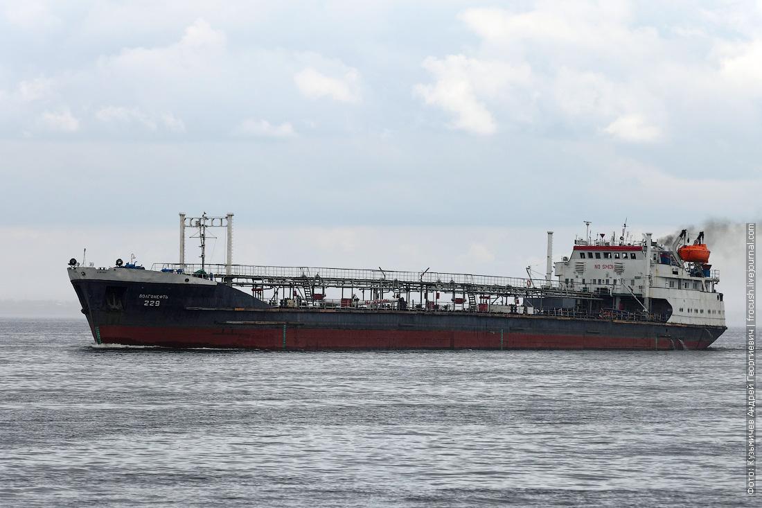 Волгоградское водохранилище. Нефтеналивной танкер  «Волгонефть-229» (1972 года постройки)