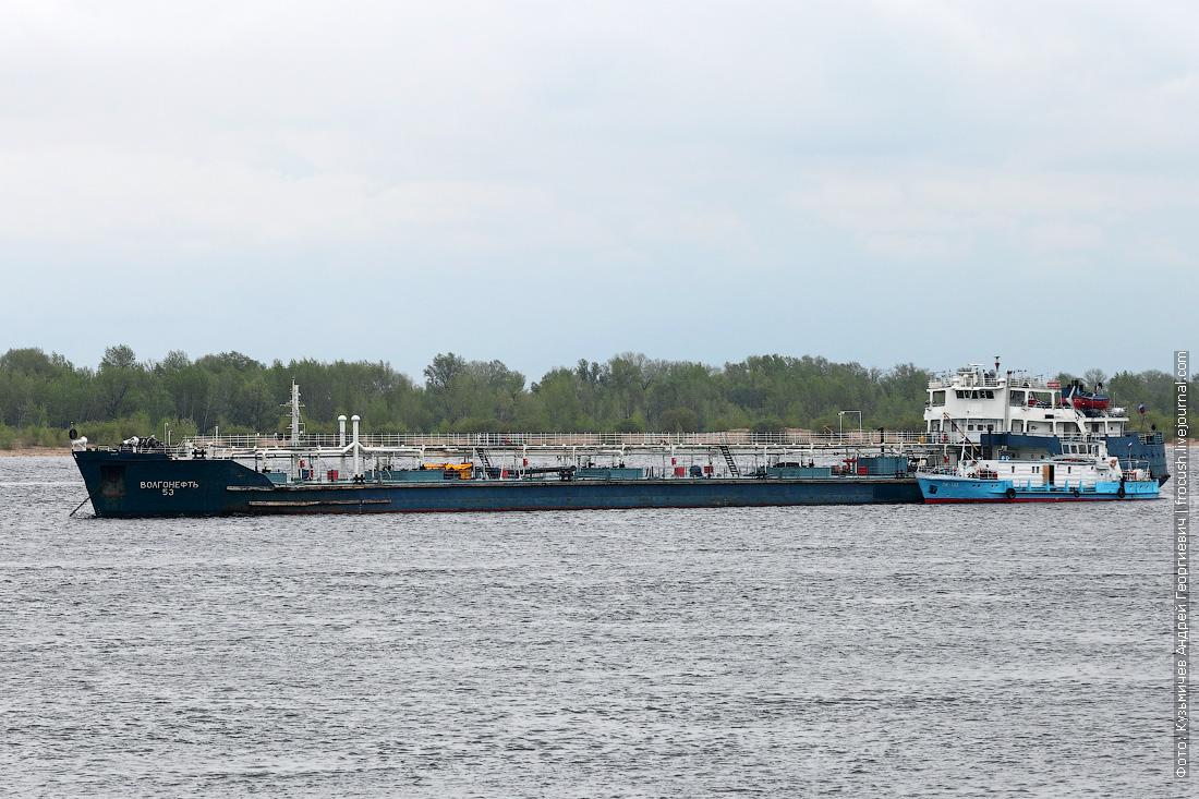 Волгоград. Нефтеналивной танкер «Волгонефть-53» (1966 года постройки) и небольшой плавмагазин «ПМ-133» (1983 года постройки)