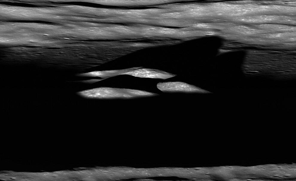 вершину кратера Бхабха на Луне перед закатом