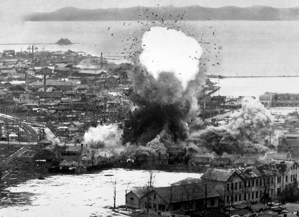Склады и доки на стратегически важном восточном побережье попали под удар 5-й эскадрильи бомбардировщиков, порт Вонсан, Северная Корея, 1951 год. (U.S. Department of DefenseUSIA).jpg