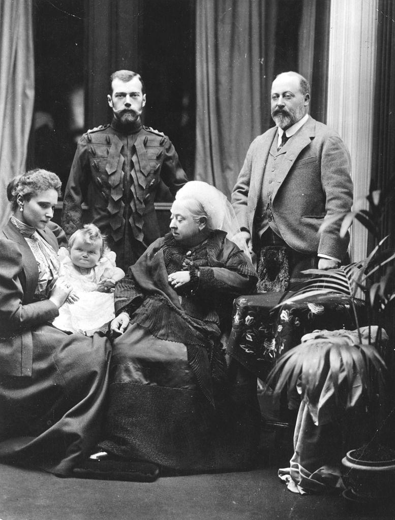 Королева Виктория; её сын-наследник принц Уэльский; Император Николай II; Императрица Александра Фёдоровна; Великая Княгиня Ольга Николаевна. 1896 год.