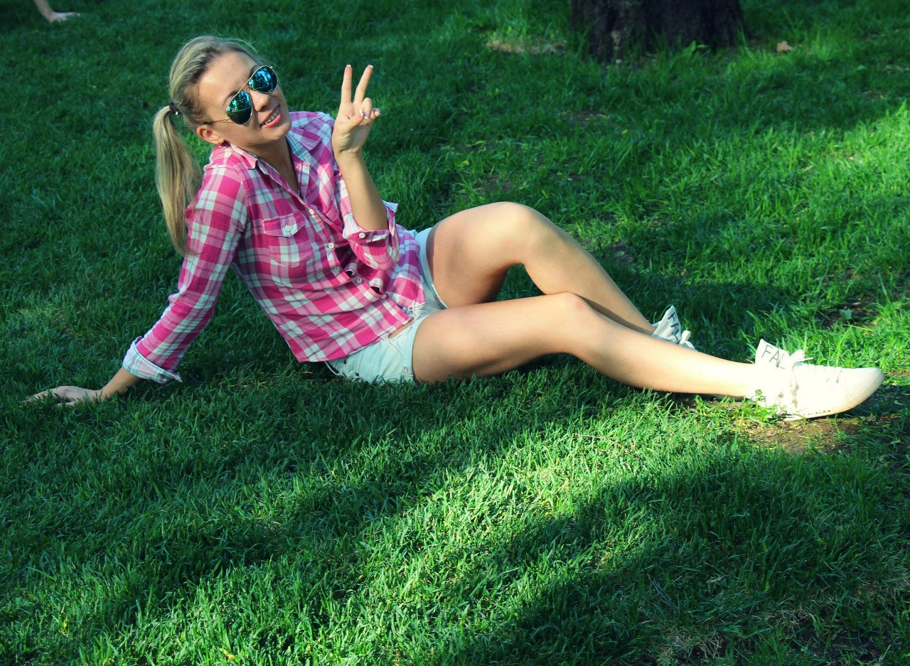 Блондинка с косичками в клетчатой рубашке