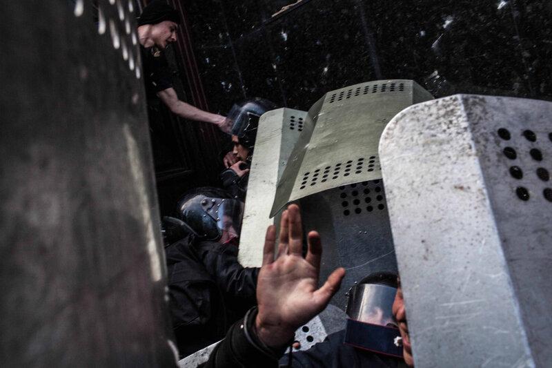Les separatistes pro russes ont attaque la police Ukrainienne devant le parquet de Donetsk