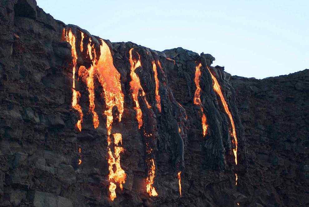 17. Туристы, бродящие среди потоков лавы. (Фото Caleb Jones):