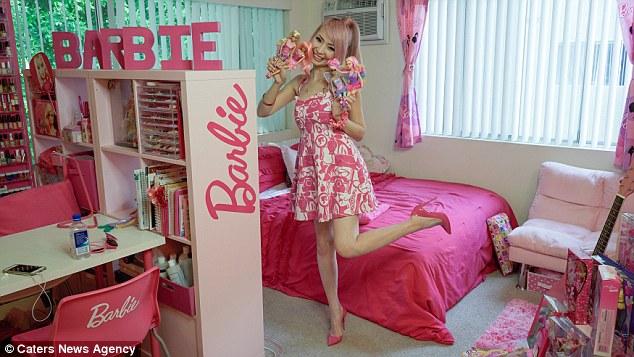 Американка спустила 70 тысяч долларов, чтобы превратить свое жилище в домик Барби (8 фото)