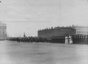 Император Николай II, высший офицерский состав  и духовенство обходят полк, выстроенный во время полкового праздника  на Марсовом поле.