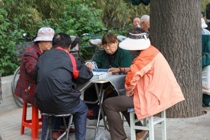 Пенсионеры играют в маджонг, Пекин